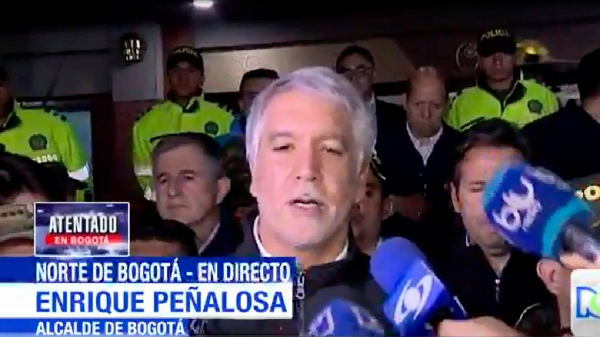 El alcalde Enrique Peñaloza un su primer reporte ante la prensa tras el atentado.