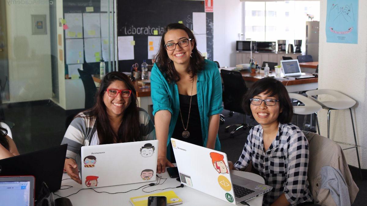 Mariana Costa (centro) dirige Laboratoria, un proyecto que busca educar a mujeres en tecnología. En diálogo con 'Fuera de Serie', explicó porque solo las mujeres participan.