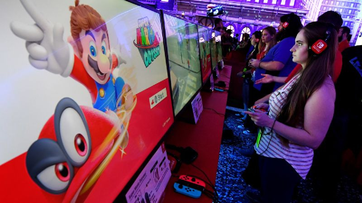 Una de las características más llamativas de Super Mario Odyssey consiste en que Mario tiene el poder de convertirse en cualquier personaje u objeto con el que se cruce con solo lanzarle su característica gorra roja.