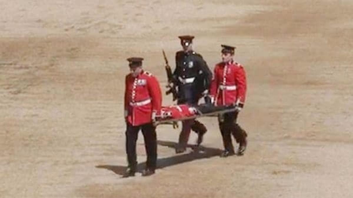 Las cámaras captan el momento en que el guardia se desvanece.