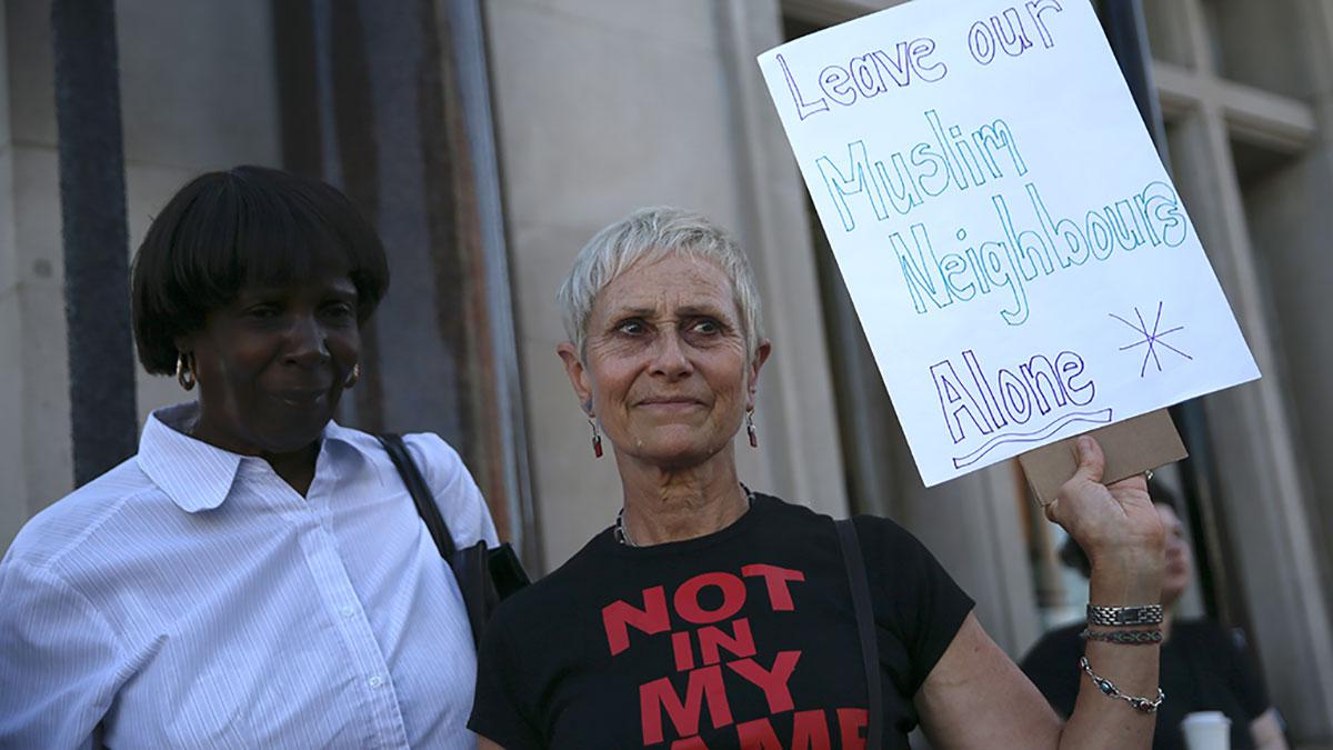 Una mujer con una pancarta que dice