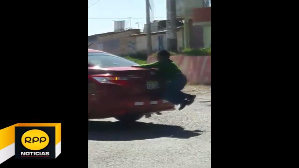 Niño arriesga su vida colgándose de la maletera de un auto