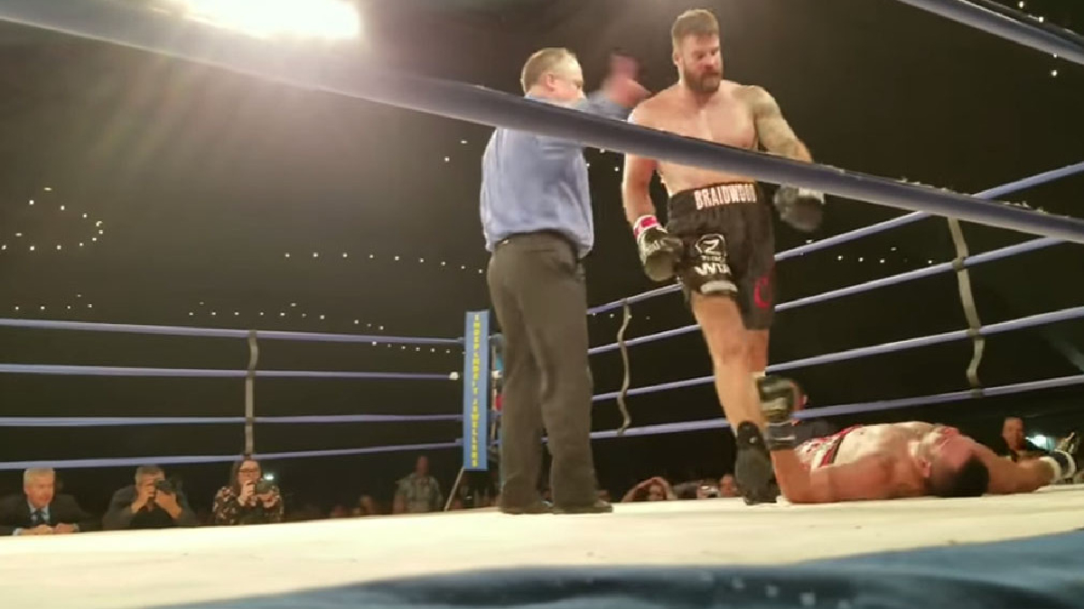 Tim Hague fue derribado varias veces durante los dos asaltos que duró la pelea.
