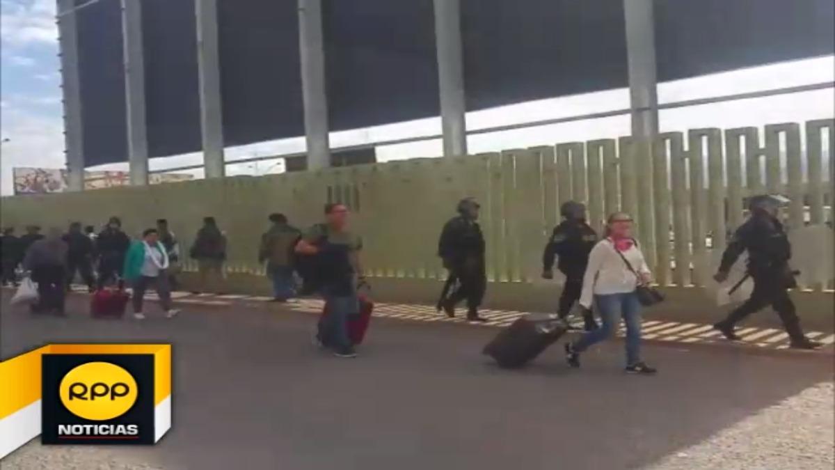 Turistas varados en aeropuerto del Cusco, tras cierre de las puertas de acceso, por seguridad, por parte de la Policía Nacional del Perú, con el fin de evitar el ingreso de sutepistas al terminal aéreo.