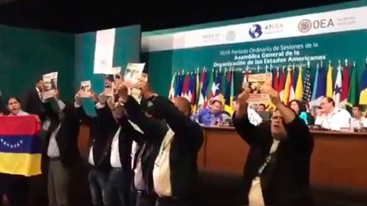 La Asamblea de la OEA fue interrumpida por más de un minuto.