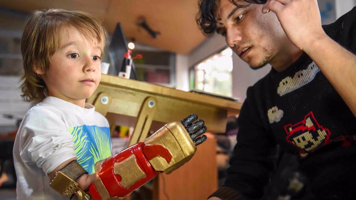 Un niño colombiano muestra su prótesis de Ironman.