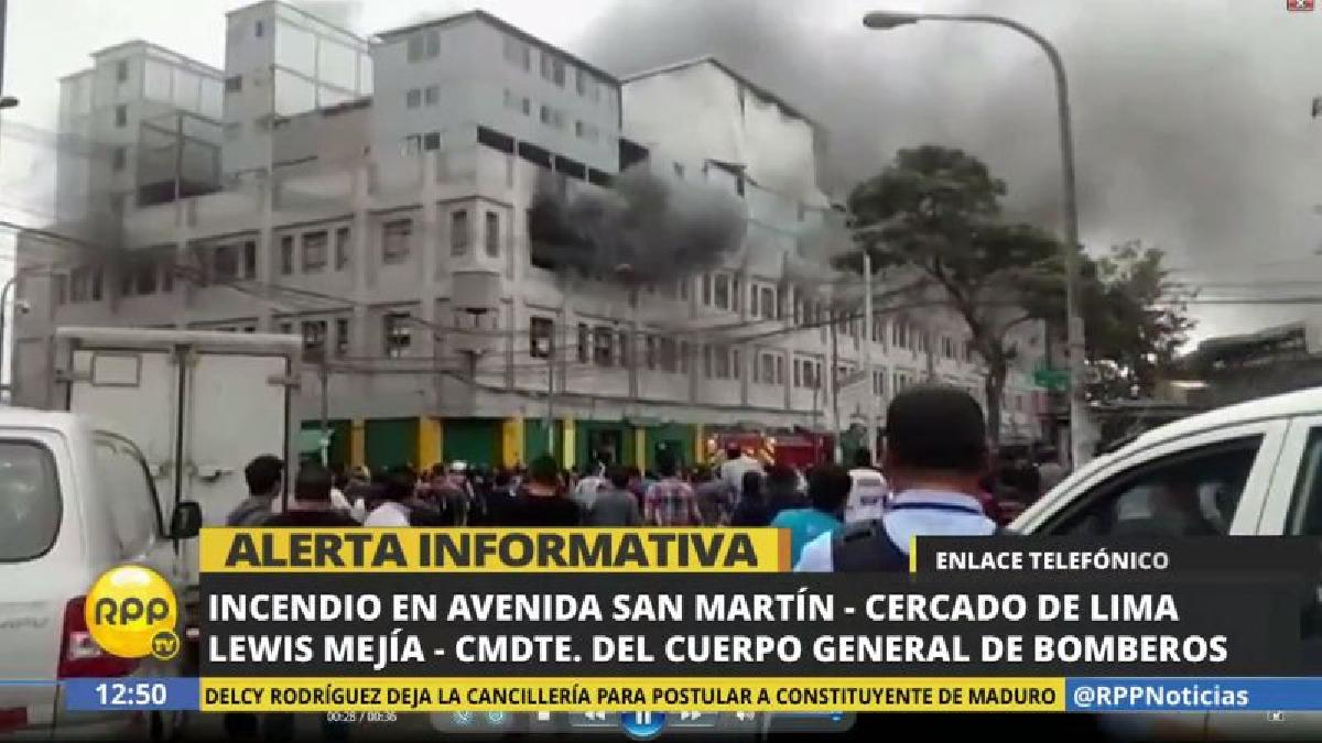 El incendio inició poco después del mediodía, y más de 40 unidades de los bomberos han llegado a atender la emergencia.