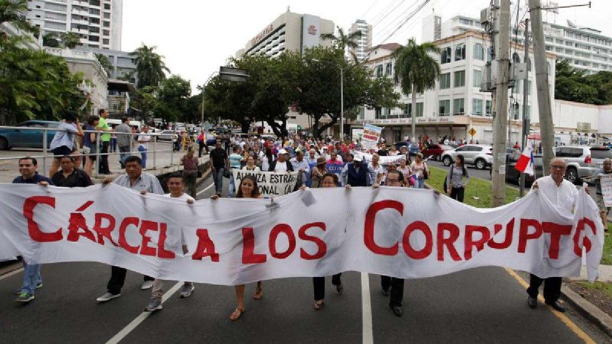 """Para los manifestantes, Porcell y todos los que con ella trabajan en el Ministerio Público, de acuerdo con Bernal, """"están omitiendo las funciones que les ha asignado la Constitución Nacional y eso es un delito""""."""