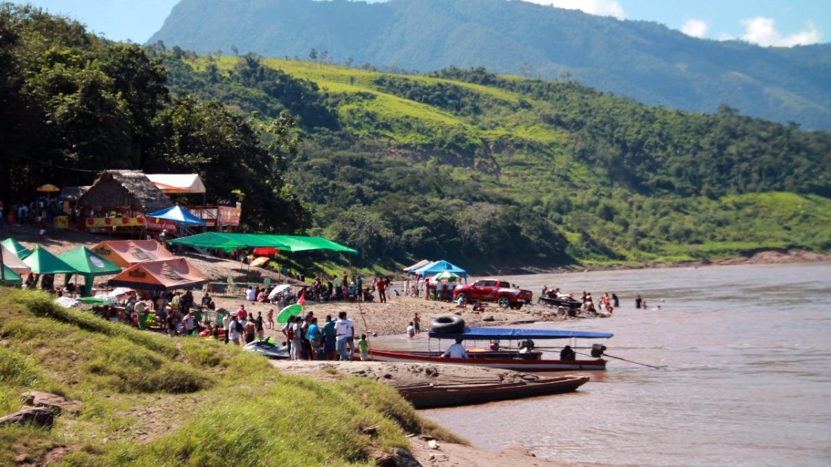 Familias llegan hasta las orillas del río Huallaga.