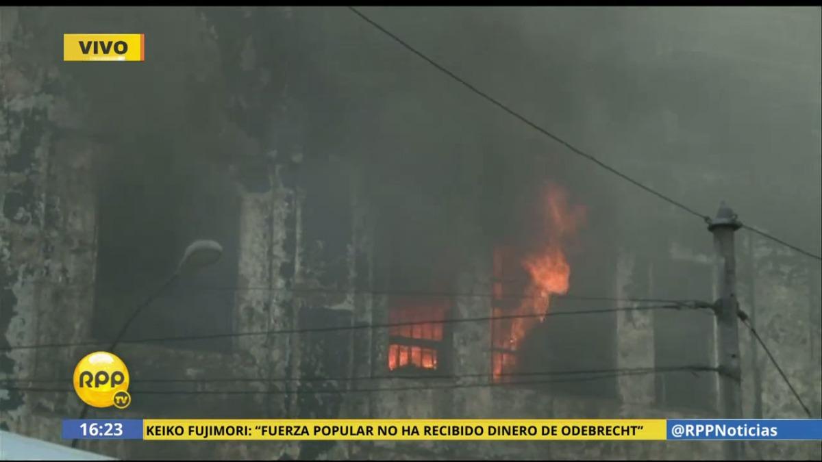 El fuego se reaviva por la esquina del jirón Huarochirí y la avenida Guillermo Dansey.