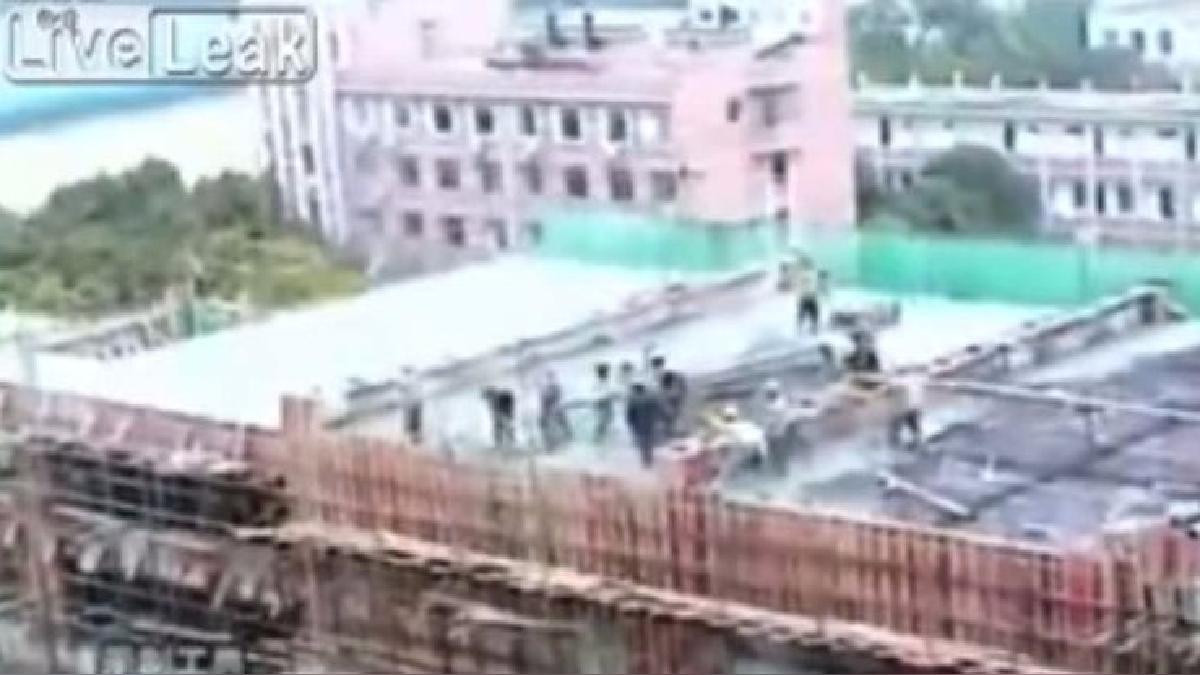 El edificio en construcción se desplomó.