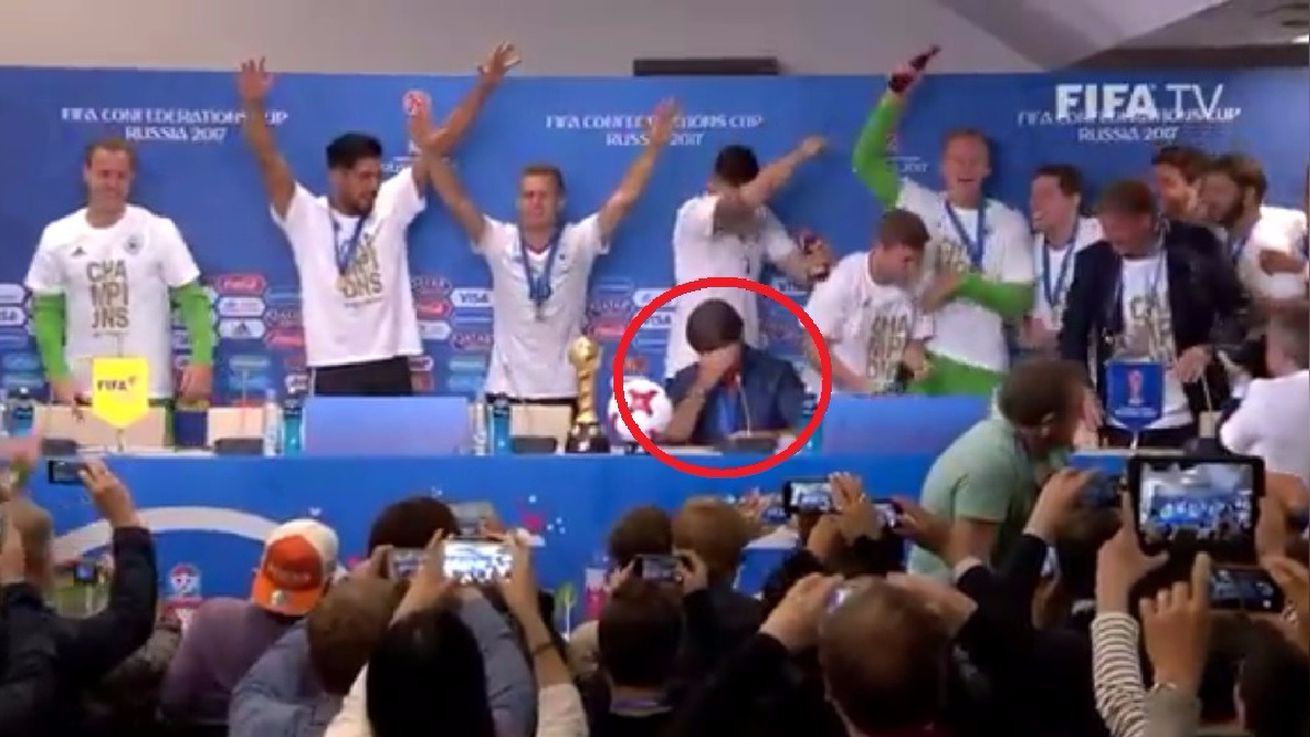Joachim Löw y Marc Ter Stegen fueron interrumpidos por los jugadores de la Selección de Alemania.