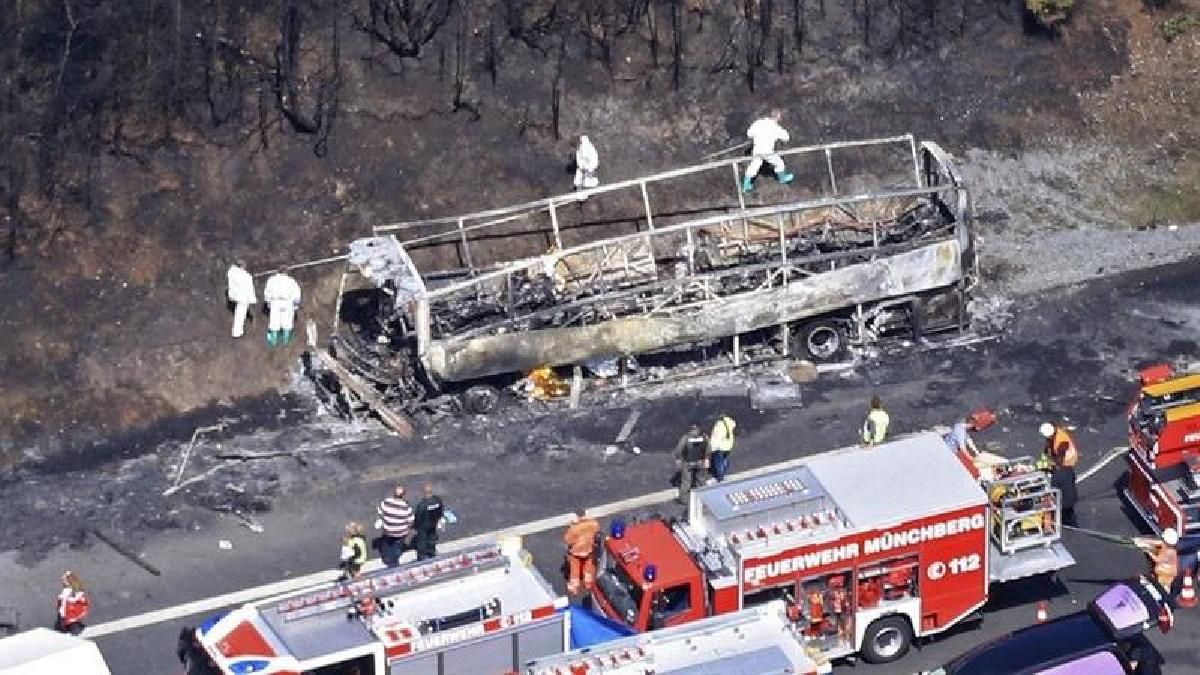 El conductor del camión, que transportaba almohadas y camas y que también se incendió, resultó ileso, mientras que uno de los conductores del autobús murió en el accidente.