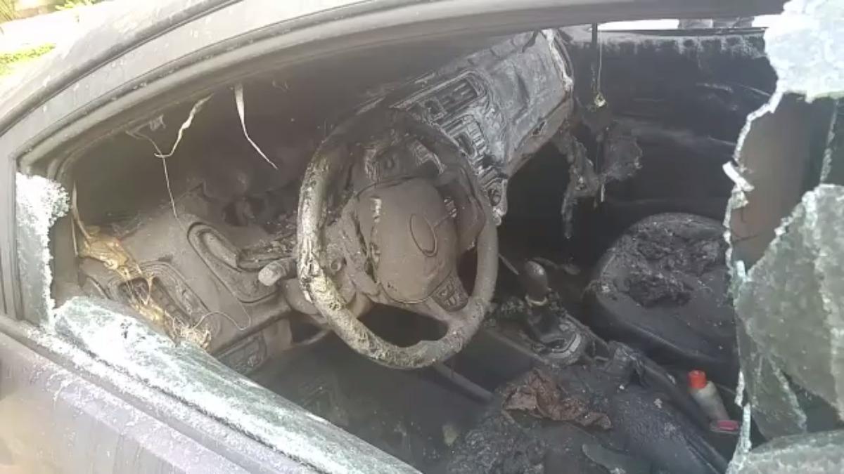 Así quedó un moderno carro: quemado por todo lado.