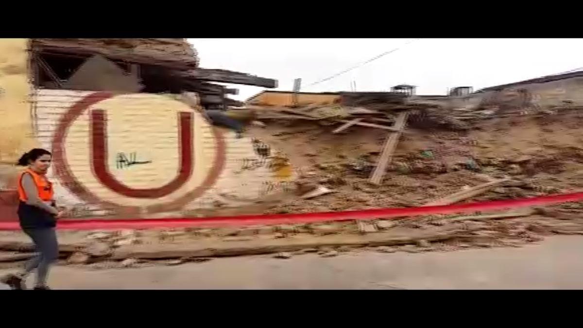 La pared prácticamente se deshizo al caer. Parte de ella ocupó la pista en la cuadra cuatro de jirón Paita.