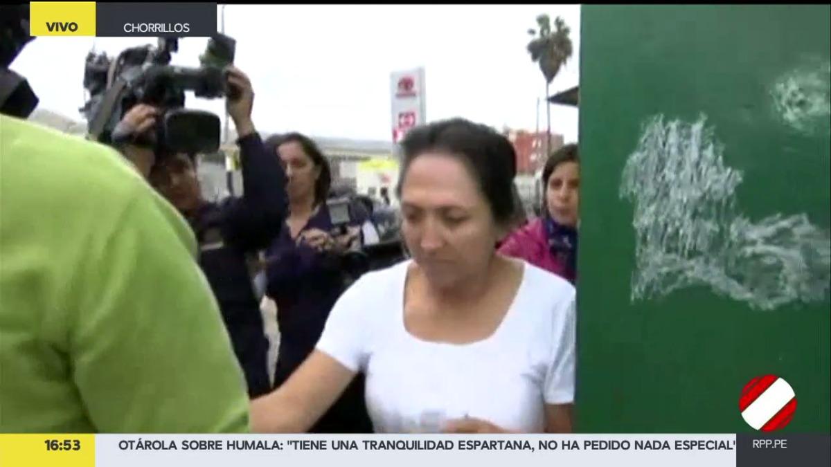 Momento de la salida de Antonia Alarcón del penal de Chorrillos.