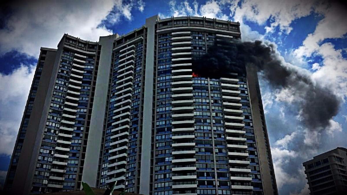 Los bomberos con ayuda de la Policía lograron evacuar el edificio por completo.