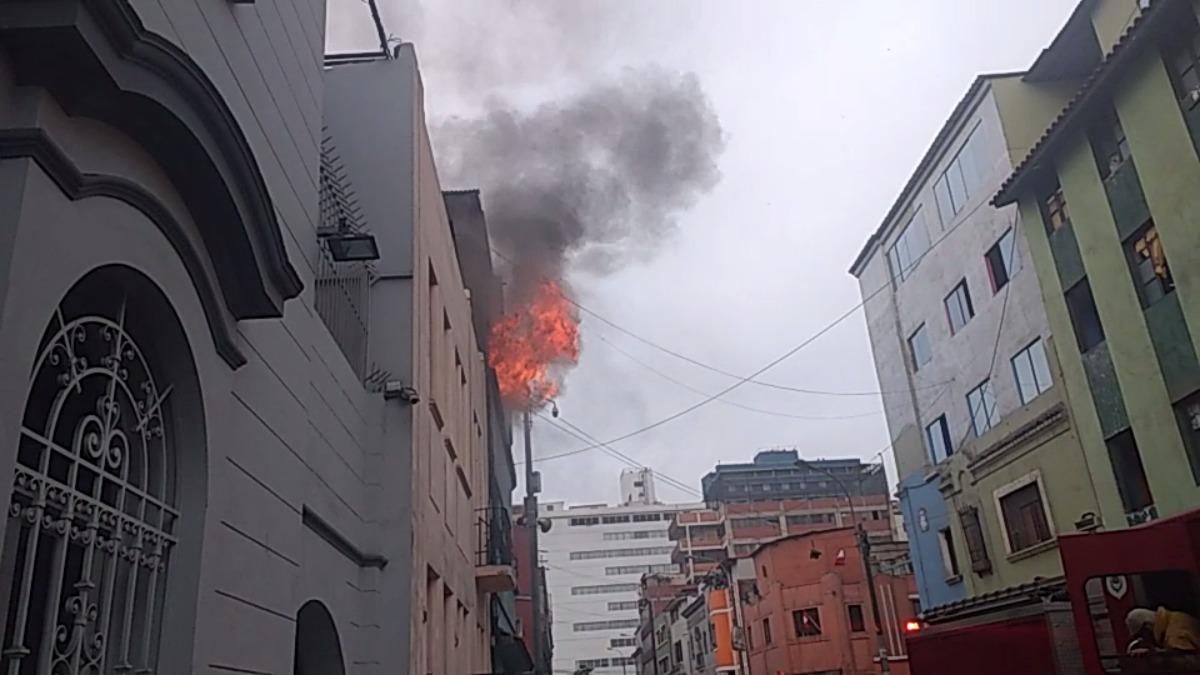 Al lugar han acudido 6 unidades de bomberos para sofocar las llamas.