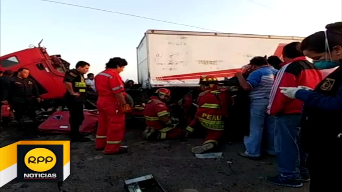 Los bomberos sacaron a las víctimas de entre los fierros retorcidos.