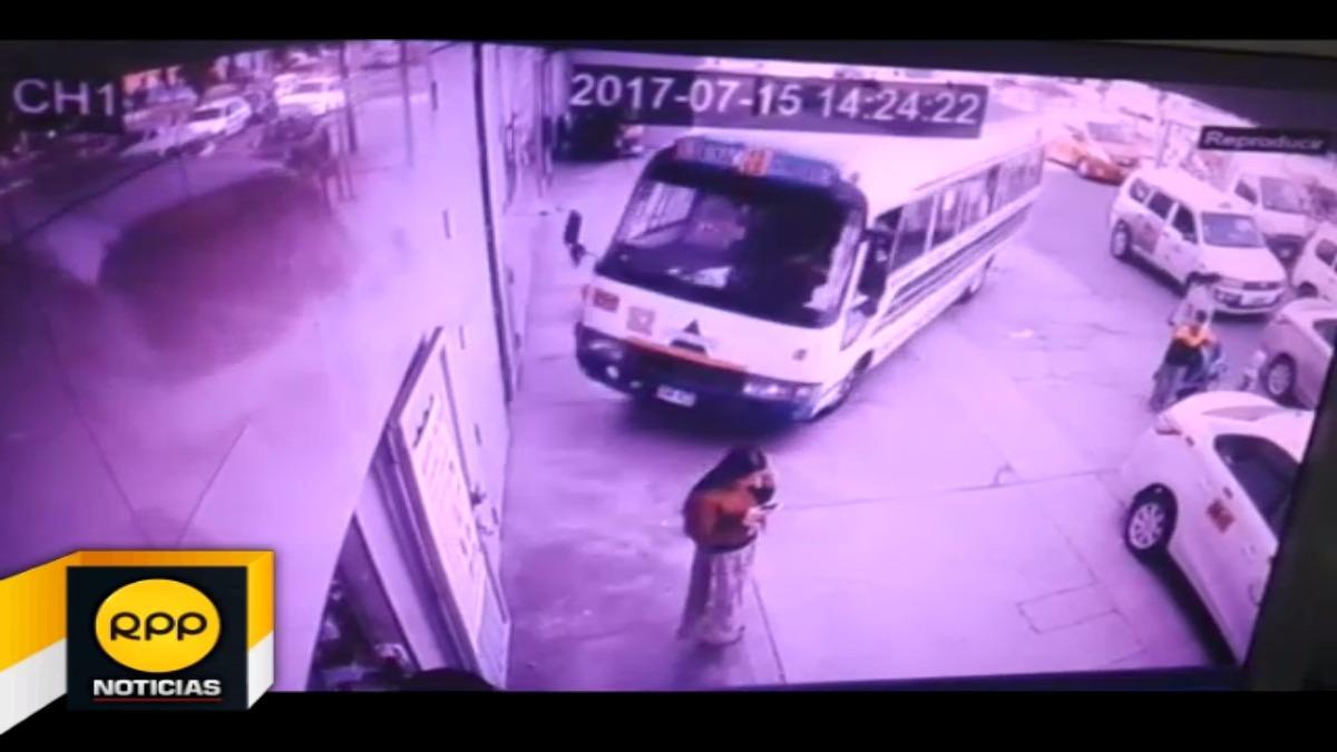 Al parecer el conductor perdió el control del vehículo invadiendo la vereda.