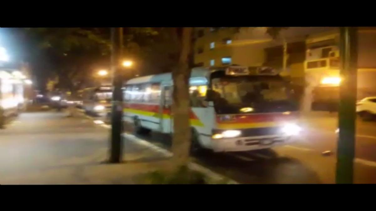 Microbuses hacen una cola larga esperando su oportunidad para partir.