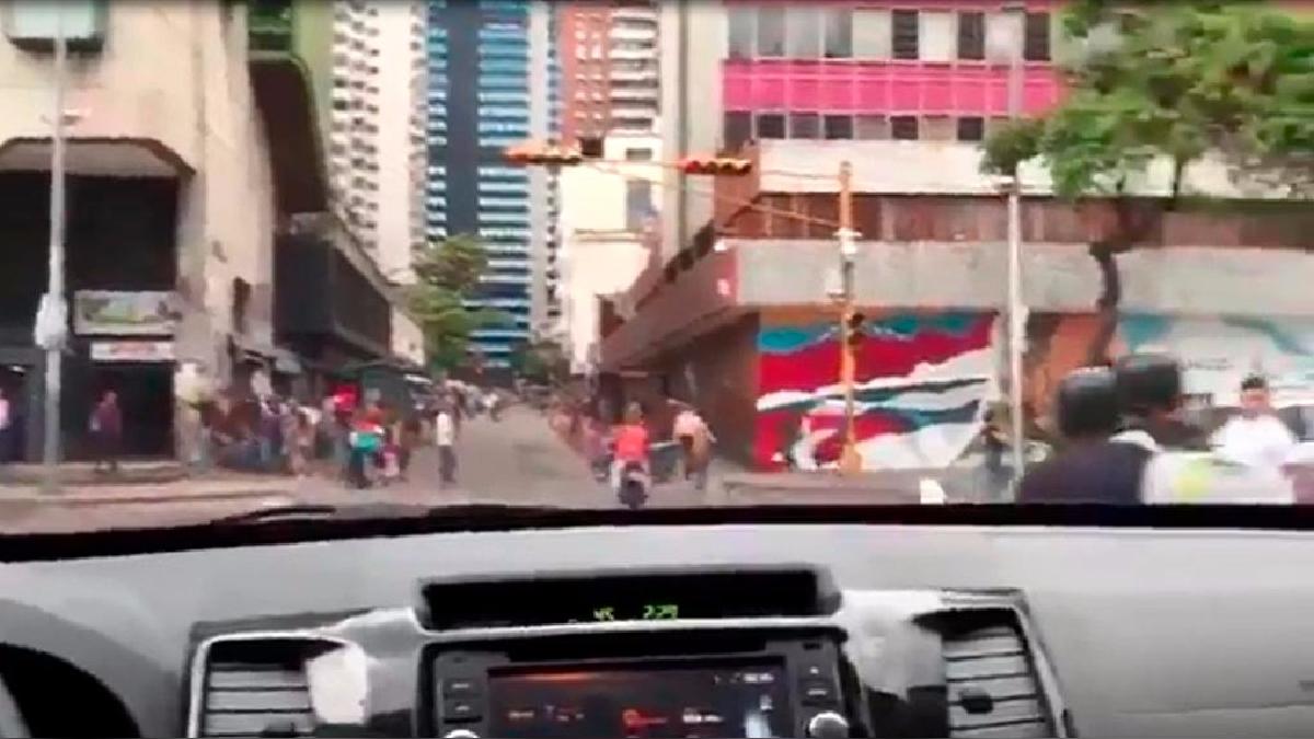 En un momento del trayecto Nicolás Maduro habla por teléfono con Diosdado Cabello. Usar el teléfono mientras se conduce es una falta penada en Venezuela.