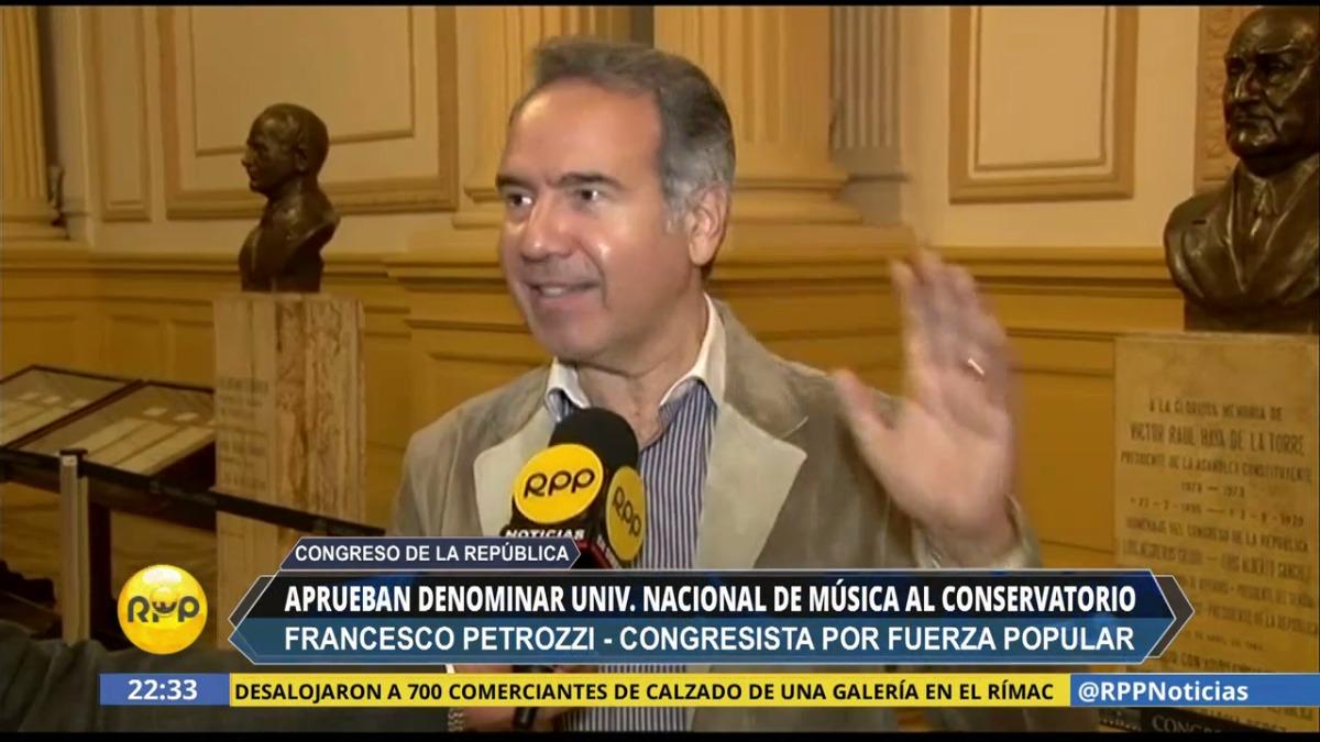 El congresista Francesco Petrozzi da detalles sobre la nueva denominación del Conservatorio Nacional de Música.