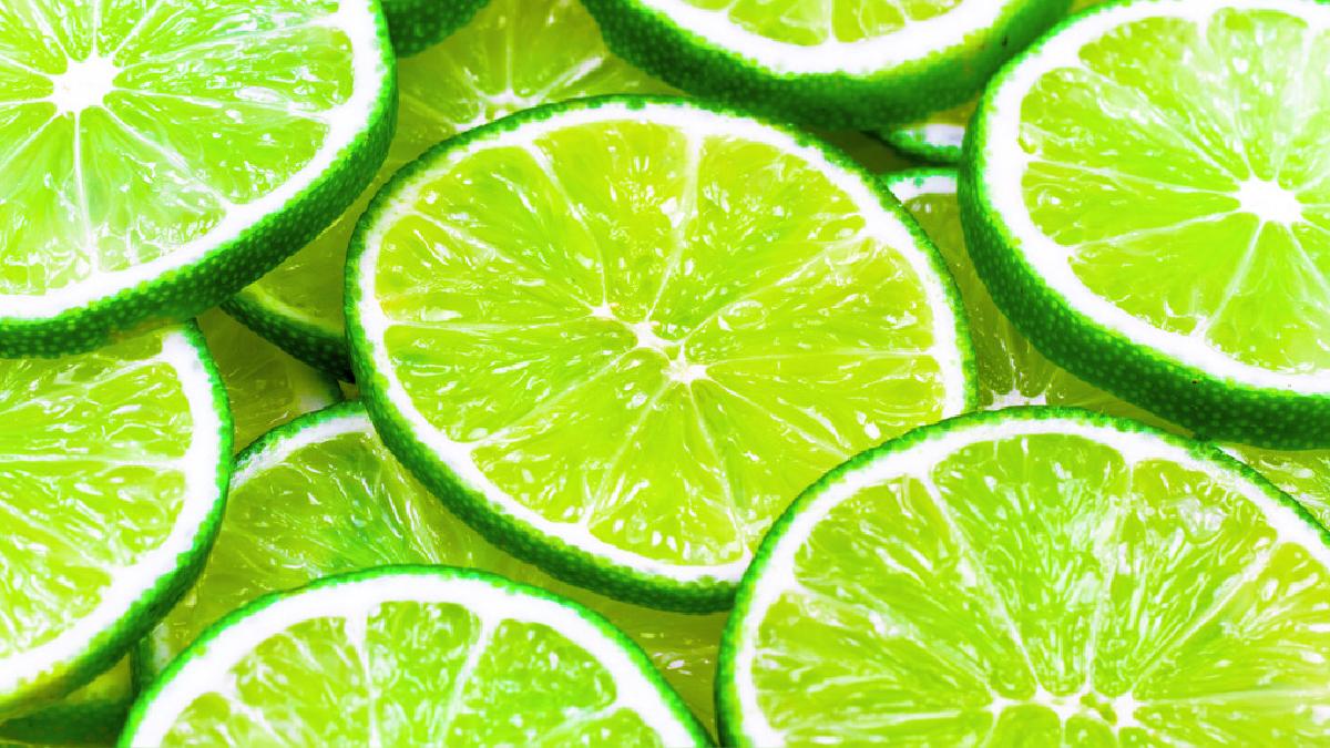 Tomar agua tibia con limón en ayunas, contribuye a alcalinizar la sangre.