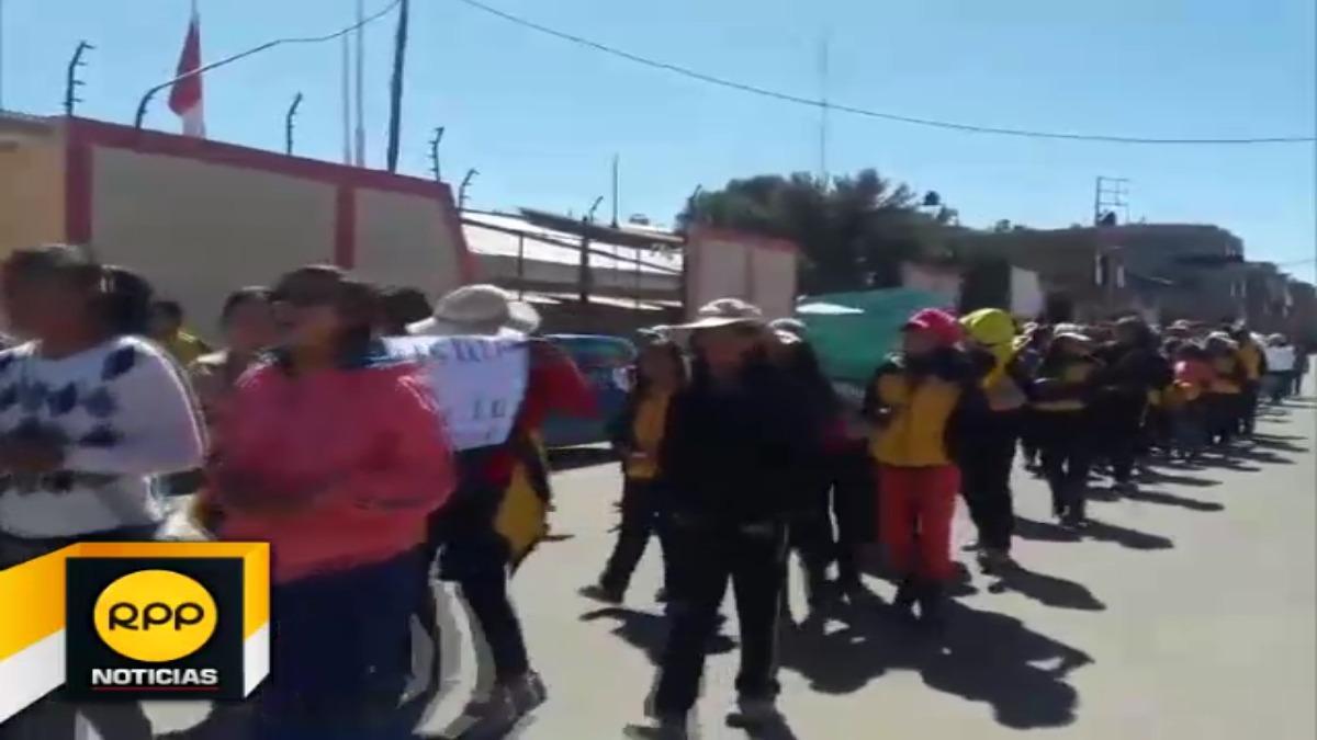 Los manifestantes estuvieron liderados por sus alcaldes escolares. Piden que el gobierno resuelva sus demandas.
