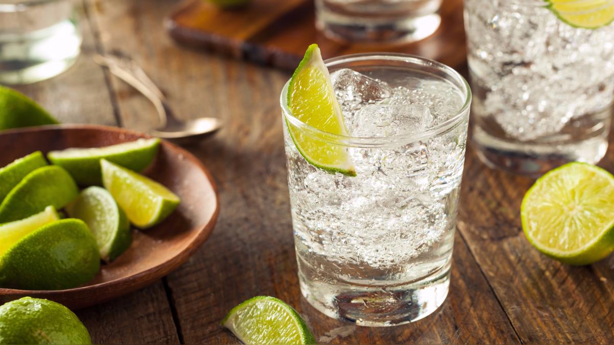 El famoso coctel gin tonic a base de hielo, gin, agua tónica y limón tiene entre sus ingredientes el extracto de quina.