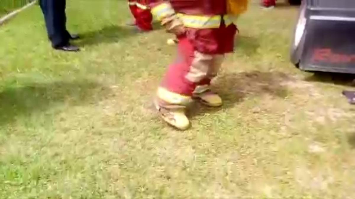 Como se aprecia en el vídeo, un bombero muestra como usa una bota completamente rota.