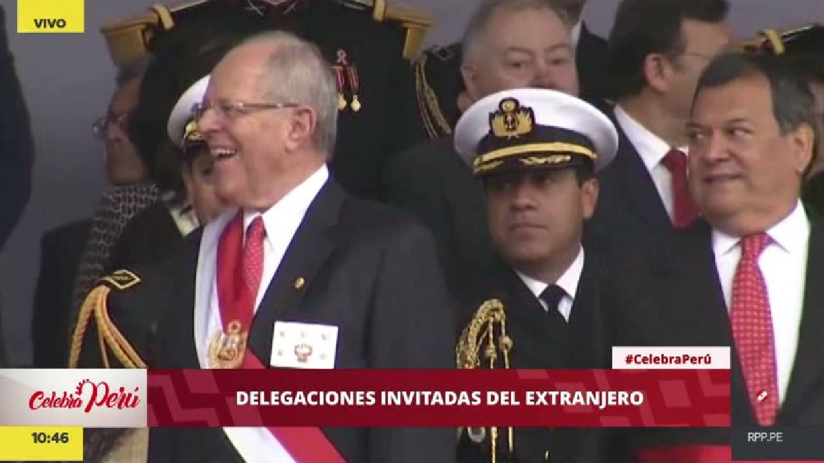 El jefe de Estado miró con mucho ánimo el desfile de militares.
