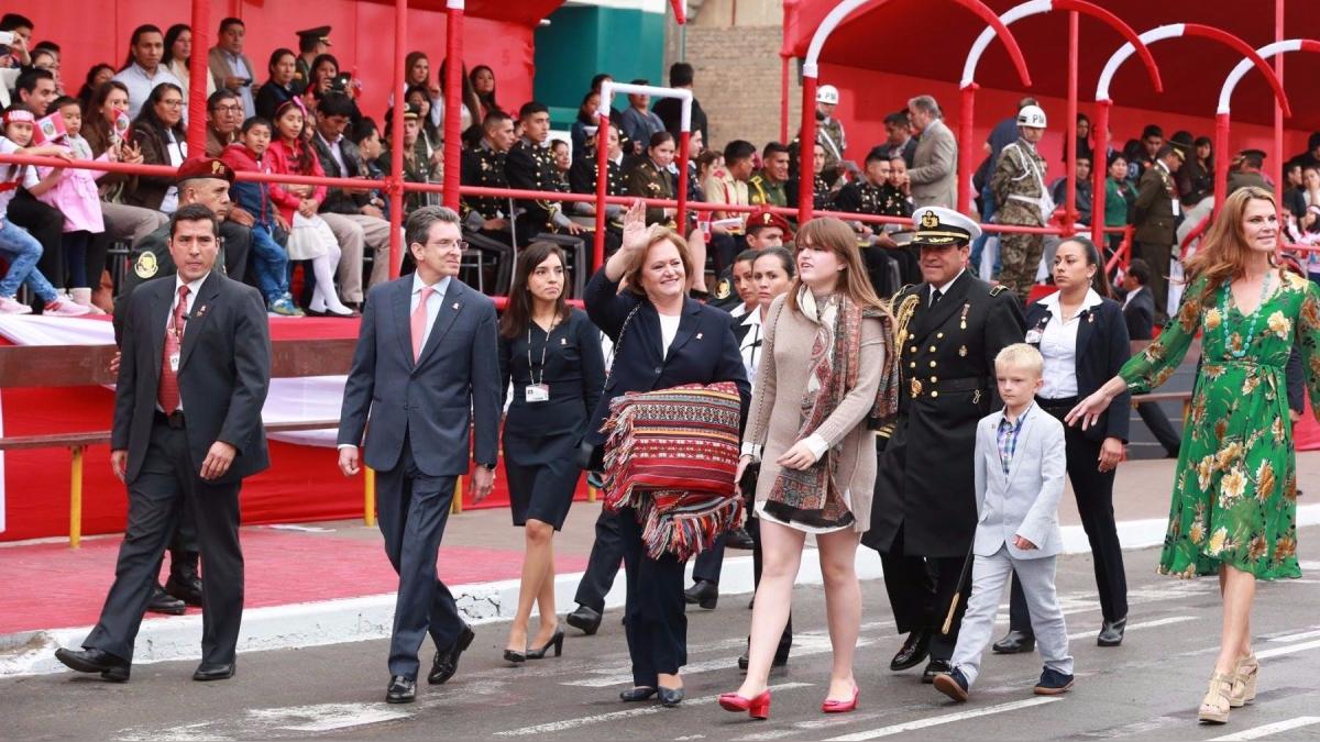 La primera dama, Nancy Lange, llegó a la Gran Parada y Desfile Cívico Militar.