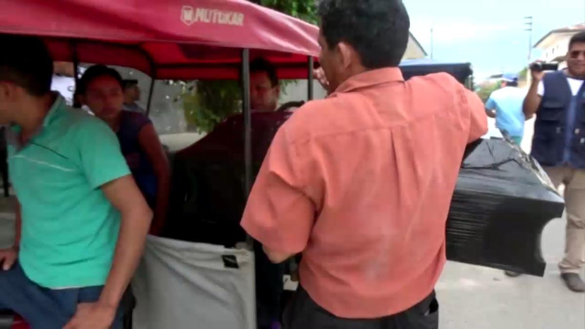 Familiares retiran cuerpo de menor que falleció en Hospital Santa Gema.