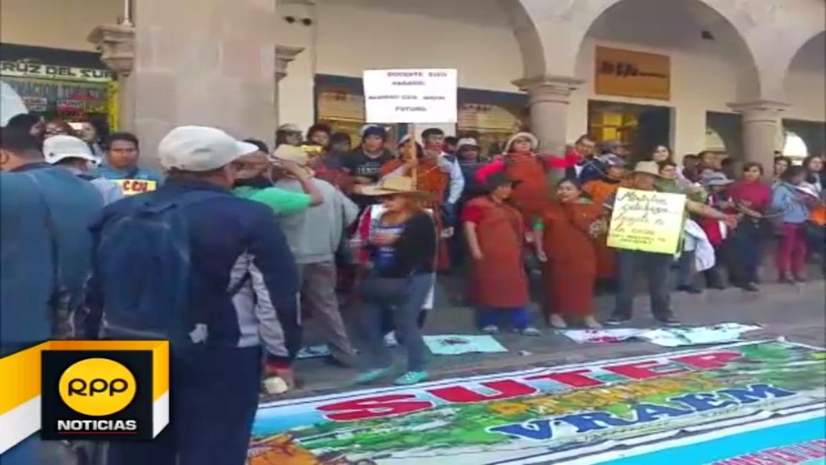 Profesores en huelga se encadenaron y desangraron como parte de sus medidas de lucha.