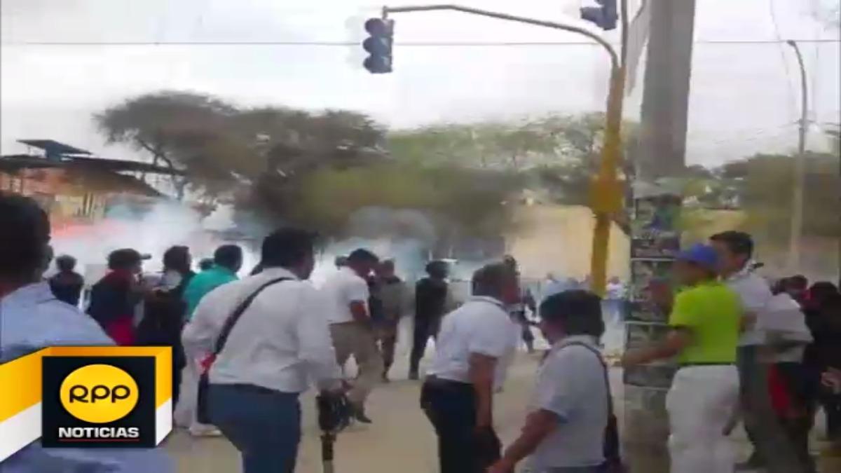 La Policía reprimió a docentes que habían tomado principal vía de Piura.