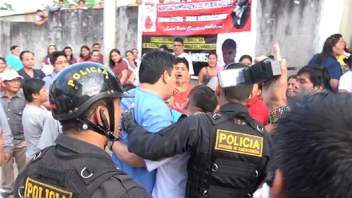 Estos son los momentos del enfrentamiento entre los trabajadores y los médicos que pedían ingresar al centro de salud.