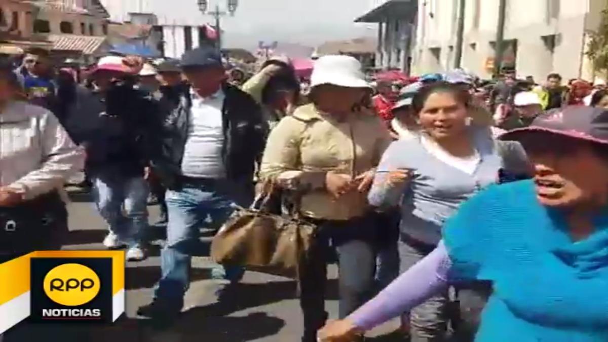 Padres de familia salieron a las calles para exigir solución de los problemas y reinicio de labores escolares.