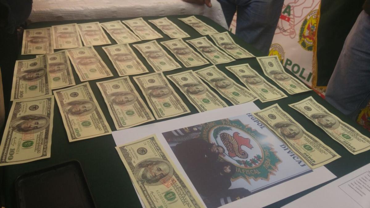La Policía encontró una maleta con 25 billetes de 100 dólares.