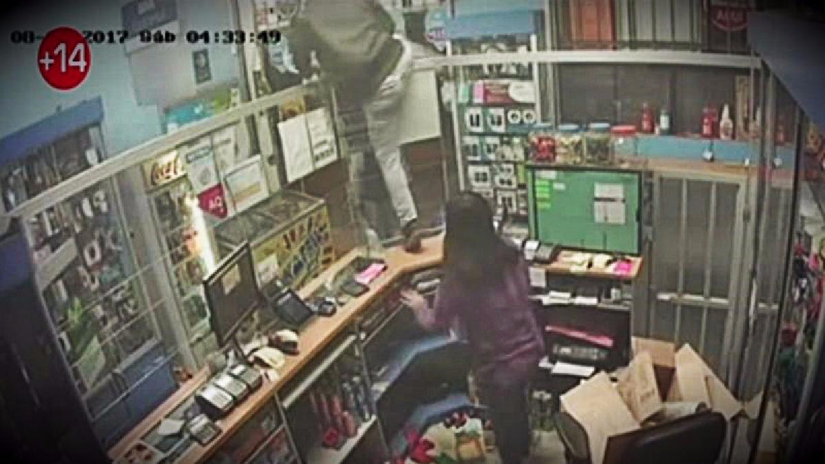 Los delincuentes encañonaron a las trabajadoras del minimarket para robar el dinero del agente bancario.