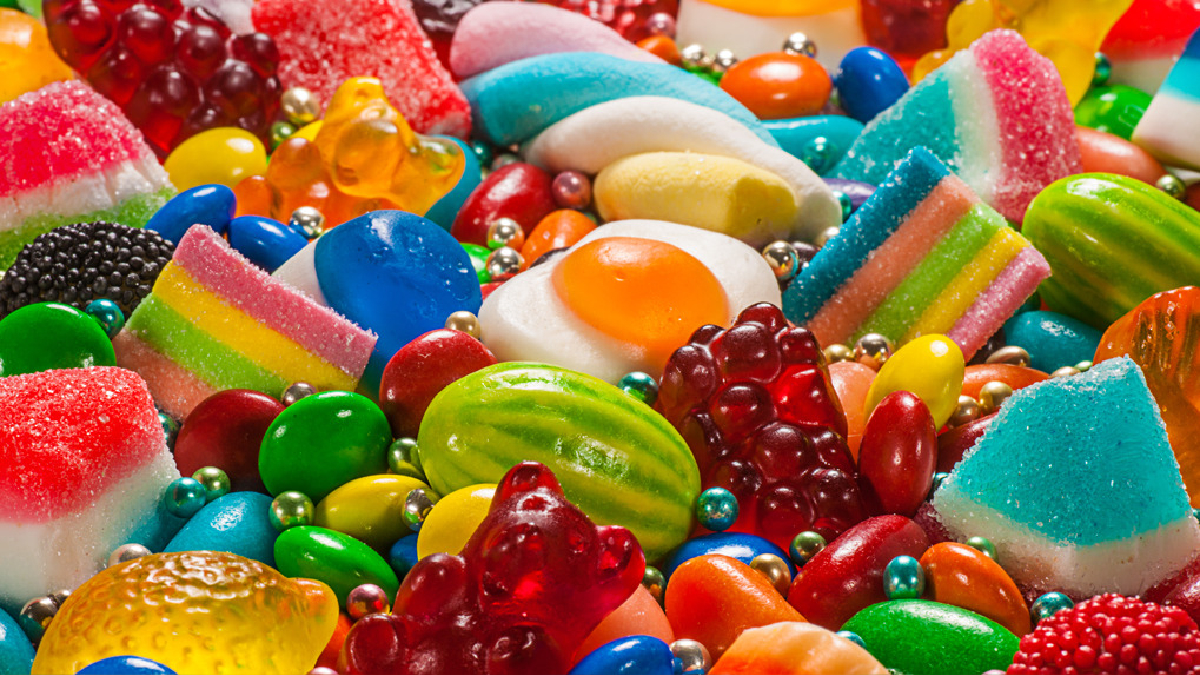 Los toffees, las gomitas y los caramelos son los que más facilitan la formación de caries, porque algunos residuos penetran en las hendiduras de los dientes.