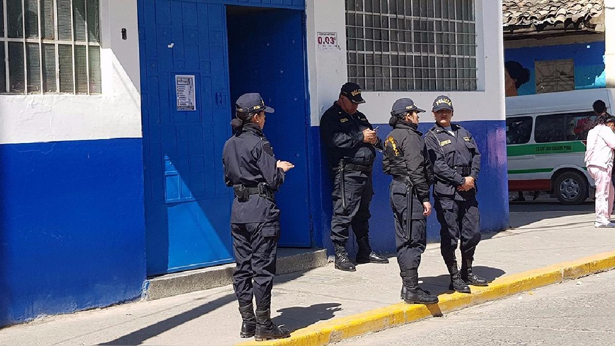 Pese a la vigilancia policial que garantizaba la seguridad, los docentes se niegan a retornar a los colegios.