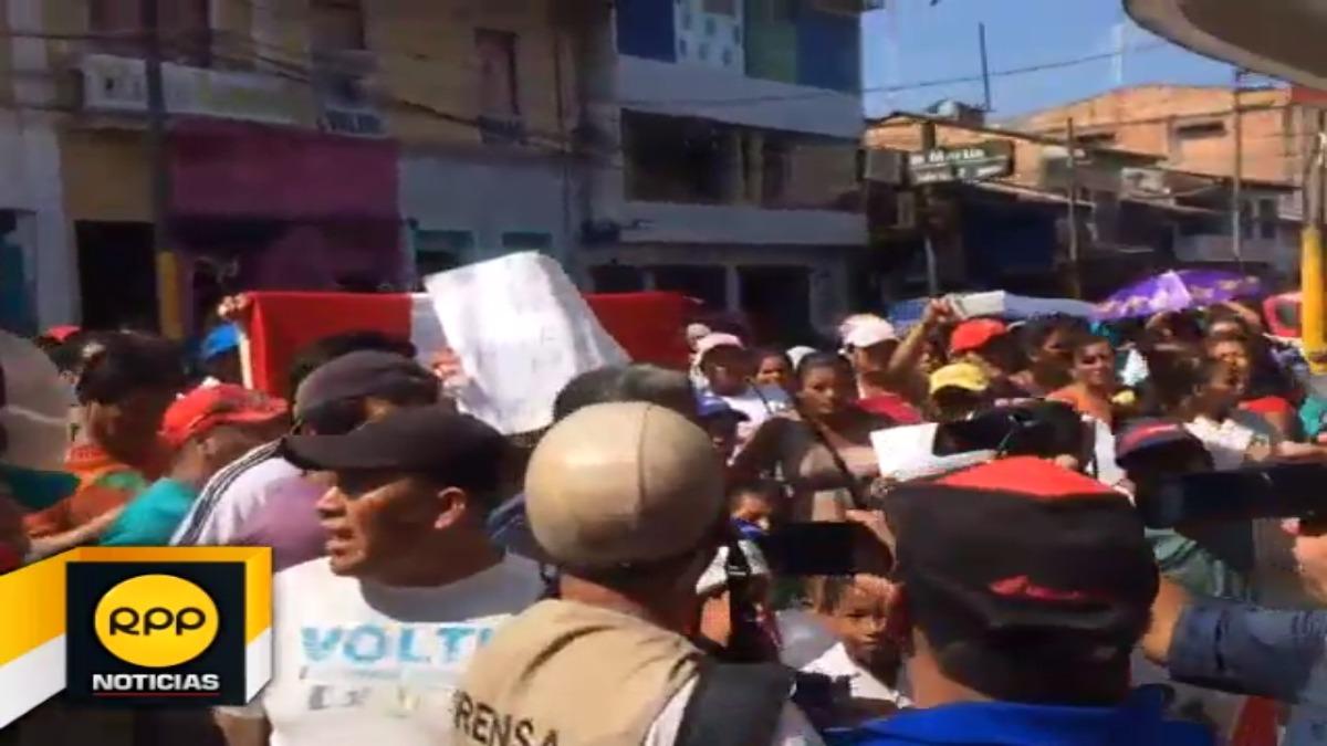 Maestros marcharon hasta el Gobierno Regional de Loreto, mientras que padres de familia intentaron buscarlos.
