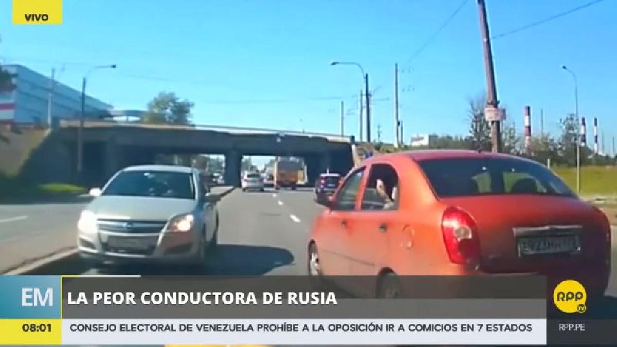 La mujer ingresó por error al carril contrario de una autopista rusa.