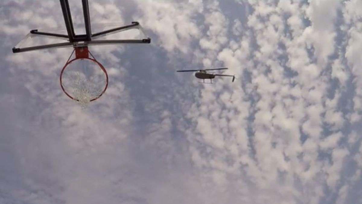Subido a bordo de un helicóptero, Bull Bullard lanzó el balón y logró que el tiro entrara limpio en la canasta.