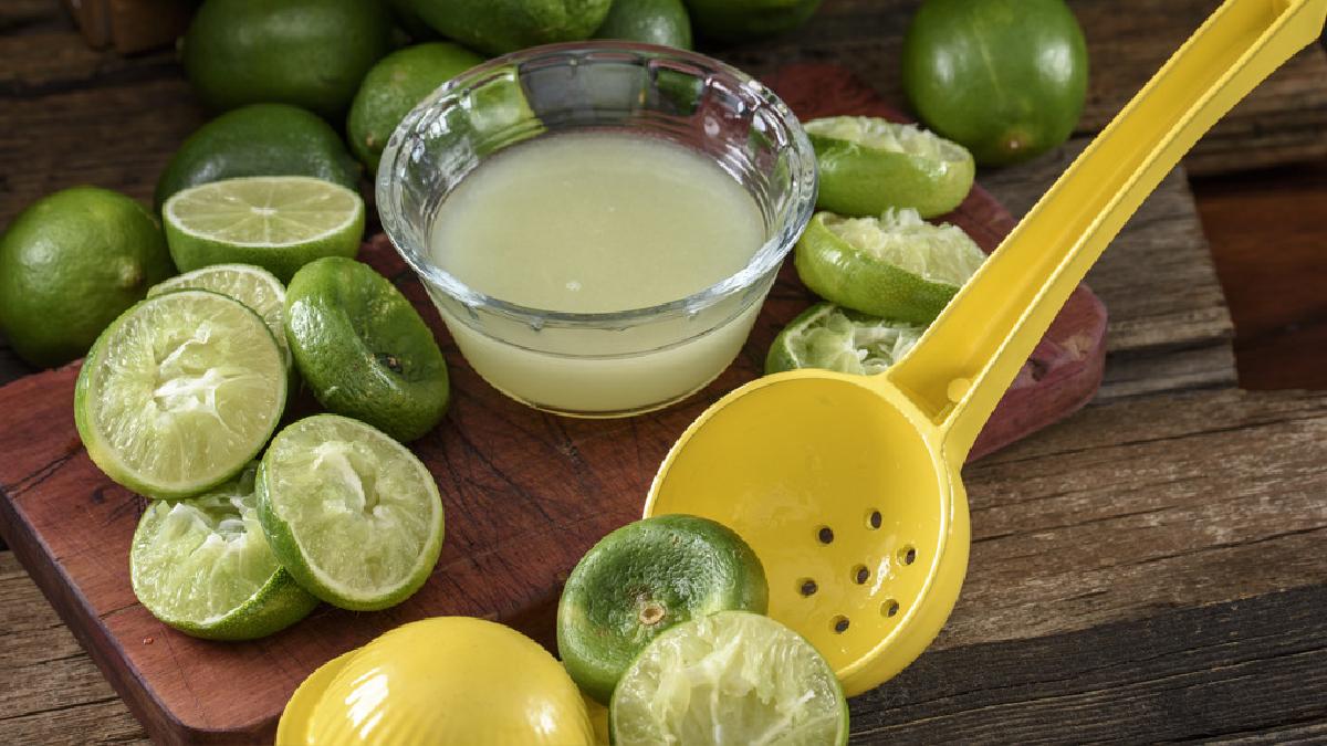 El jugo del limón o de otras frutas cítricas es una mejor alternativa frente al ácido cítrico.