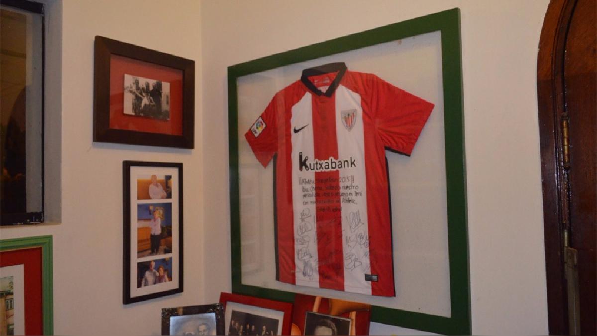 'Chema' luce en la sala de su casa una camiseta del Athletic de Bilbao, club vasco del cual es hincha.
