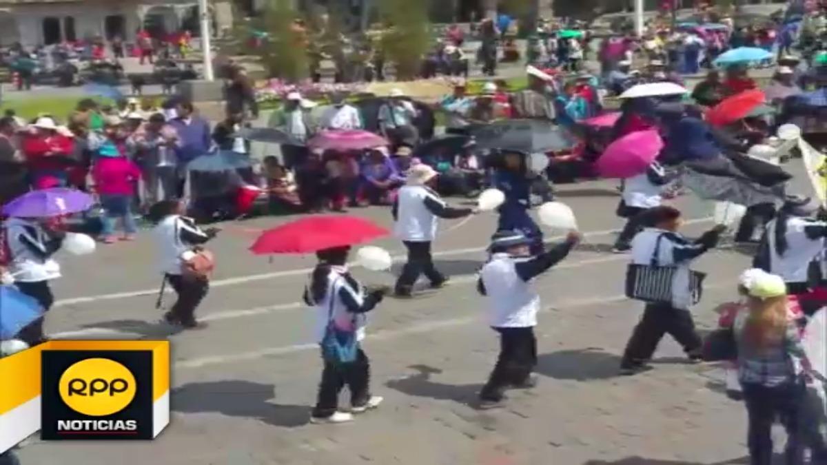 Profesores en Cusco levantaron huelga y salieron a las calles con polos y globos blancos.