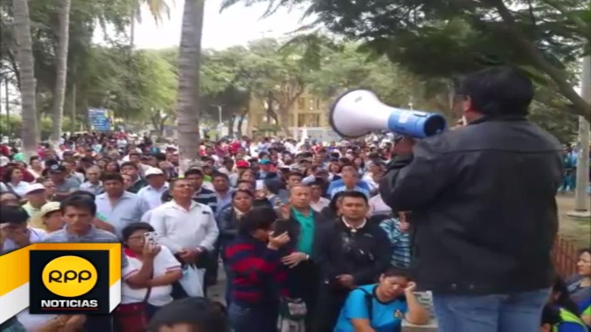 Docentes participaron de asamblea en parque Miguel Cortes de Piura.
