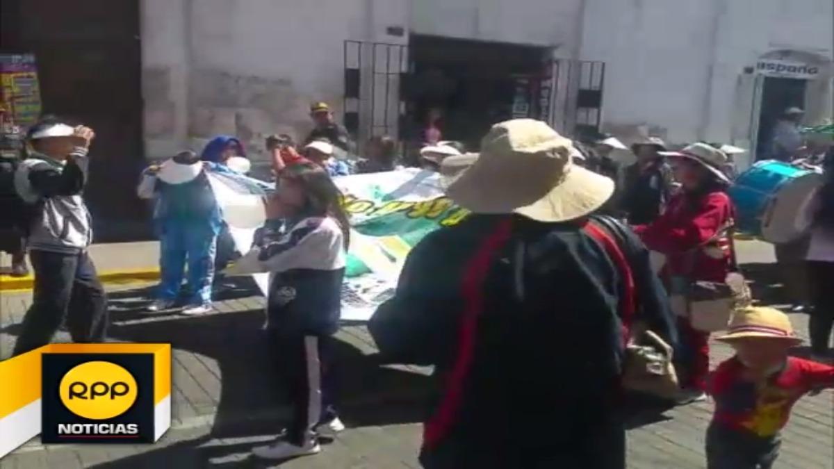 Recorrieron el centro de la ciudad en apoyo a sus docentes